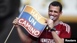 Pemimpin Partai Oposisi Venezuela, Henrique Capriles, berpidato di depan para pendukungnya sebelum mendaftarkan diri secara resmi sebagai Calon Presiden Pemilu Presiden Venezuela 2012 di Caracas (10/6).
