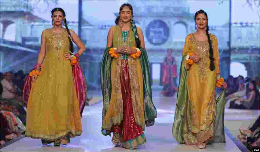 ماڈلز ثناء عباس کے تیار کردہ ملبوسات زیب تن کئے ہوئے