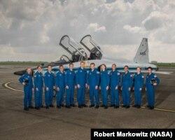 1천500대 1이 넘는 경쟁을 통과한 미 항공우주국(NASA) 우주비행사 후보생들이 지난 6월 텍사스주 엘링턴필드 통합예비군 기지에서 기념사진을 찍고있다.