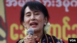 Aung San Suu Kyi berpidato di depan ribuan pendukungnya di negarabagian Kachin (Foto: dok).