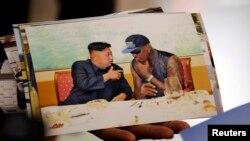지난 9월 평양을 두 번째로 방문한 미국 프로농구선수 출신 데니스 러드먼이, 방북 후 베이징에서 가진 기자회견에서 공개한 사진. 김정은 국방위원회 제1위원장과 대화하는 장면이다.