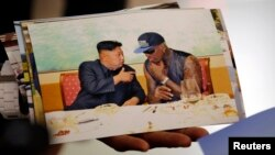 평양을 방문 후 귀국한 전 미 프로농구 선수 데니스 로드먼이 지난 7일 베이징 공항에서 김정은 국방위원회 제1위원장과 찍은 사진을 공개했다.