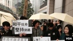 在香港占中运动期间,学生手持标语到场声援(2015年1月24日,美国之音湯惠芸拍攝)