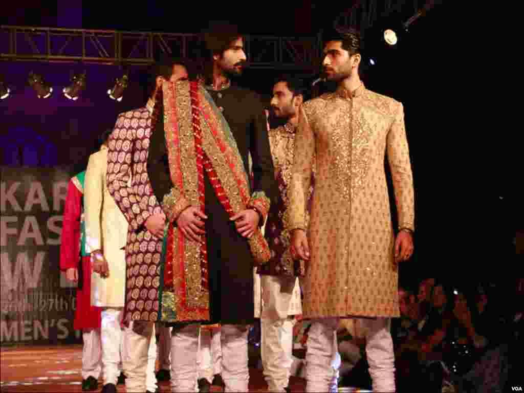 کراچی فیشن شو میں فینسی ڈیزائن کے ملبوسات کی ایک جھلک
