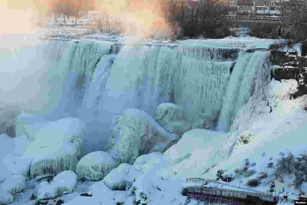 从加拿大的安大略省尼亚加拉市看美国纽约州尼亚加拉大瀑布中的美国瀑布,冰雪世界,流水流冰。