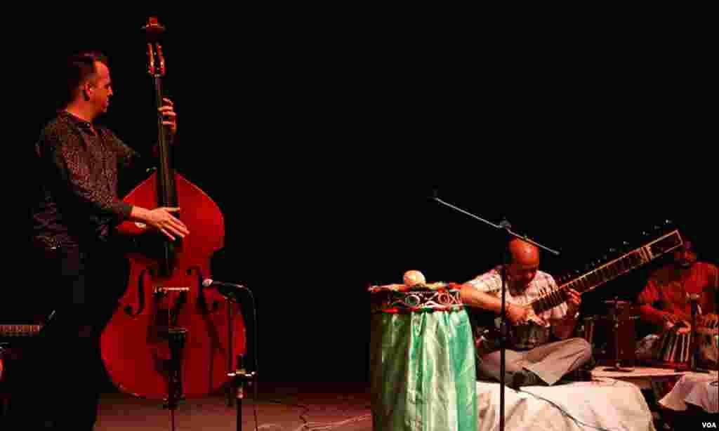پاکستانی موسیقاروں نے طبلہ، ستار اور ڈھول کی تھاپ پر موسیقی پیش کی، امریکی موسیقاروں نے اپنے موسیقی کے آلات کی مدد سے پرفارمنس دی