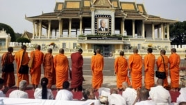 Cambodian Buddhist monks chant,  offering prayers in front of the Royal Palace for the late King Norodom Sihanouk in Phnom Penh, Cambodia, Friday, Oct. 19, 2012. The body of Cambodia's late King Sihanouk returned to his homeland Wednesday, welcomed by hundreds of thousands of mourners who packed tree-lined roads in the Southeast Asian nation's capital ahead of the royal funeral.  (AP Photo/Heng Sinith)