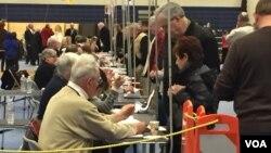 Warga AS berbondong-bondong memberikan suara dalam pemilihan pendahuluan di seluruh negara bagian New Hampshire, hari Selasa (9/2).