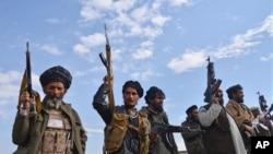 阿富汗民兵举起武器保护楠格哈尔省阿钦地区