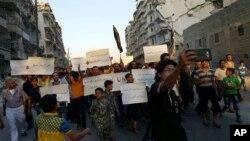 Halep'te aktivistler, yardımları ulaşamaması nedeniyle BM'yi protesto ediyor