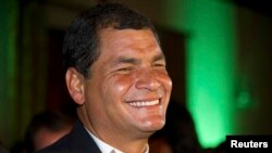 Rafael Correa celebra la victoria.