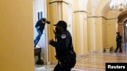 د ماسپښين یوې نېمې بجې پورې کېپيټل پولیس په خلکو غږ کوولو چې د ایوان نمایندګانو د دفتر یوه وداني او د لایبرېري اف کانګرس وداني خالي کړي