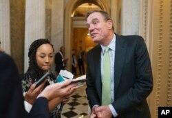 El senador Mark Warner, demócrata por Virginia, presidente del Comité de Inteligencia del Senado, hace una pausa para hablar con los reporteros en el Capitolio en Washington, el 10 de junio de 2021.