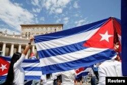 La comunidad cubana sostiene banderas de Cuba durante la oración del Ángelus dirigida por el Papa Francisco, en la Plaza de San Pedro en el Vaticano, el 18 de julio de 2021.