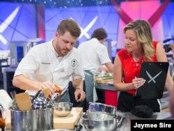 미국의 음식 전문 방송 '푸드 네트워크(Food Network)'의 제이미 사이어(Jaymee Sire) 기자가 프로그램을 진행하고 있다.