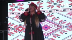 """Американка виконує українську пісню """"Я люблю тільки тебе"""" Олександра Пономарьова. Відео"""
