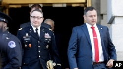 Ajudan Dewan Keamanan Nasional Alexander Vindman (kiri) dan saudara kembarnya Letnan Kolonel Yevgeny Vindman setelah memberi kesaksian di Capitol Hill, Wasihngton, 19 November 2019.