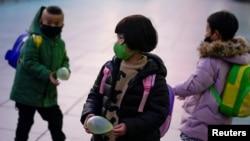 戴著口罩的兒童在上海火車站 (2020年3月5日)