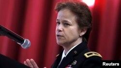 Brigadir Jenderal Diana Holland berbicara usai pelantikannya di West Point, New York, Selasa (5/1).