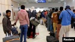 Des passagers attendent de prendre leur avion à l'aéroport de Tunis, 6 août 2014.