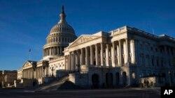 Gedung Capitol di Washington DC, terlihat pada hari pertama penutupan pemerintah setelah mayoritas anggota Senat AS menolak rancangan pendanaan, Sabtu, 20 Januari 2018.