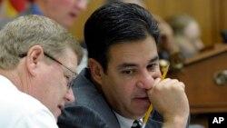 Raúl Labrador, derecha, abandonó el Grupo de los Ocho de la Cámara de Representes.