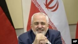 이란의 자리프 외무장관이 지난 달 30일 G5+1 과의 핵 협상에 앞서 환하게 웃고 있다.