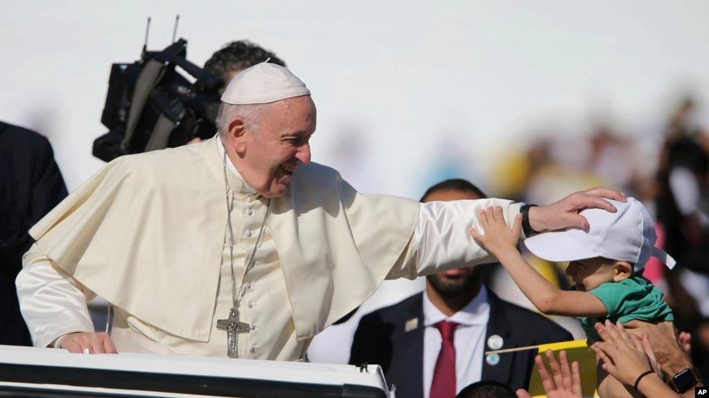 El Papa Francisco bendice a un niño durante una misa en la Ciudad Deportiva Sheik Zayed en Abu Dhabi, Emiratos Árabes Unidos, el martes 5 de febrero del 2019.