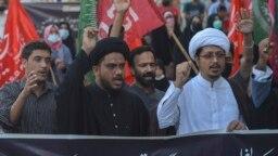 Kelompok Islam Syiah berdemonstrasi di Karachi, Pakistan, Minggu, 17 Oktober 2021 untuk memprotes serangan bom bunuh diri di sebuah masjid Syiah di Kandahar, Afghanistan. (Foto: Rizwan Tabassum/AFP)