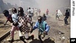 Watu wakikimbia ghasia baada ya kutangazwa matokeo ya uchaguzi Kenya Januari 2008.