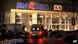 救援人員趕赴屋頂坍陷的馬克西瑪超市