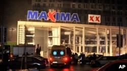 救援人员赶赴屋顶坍陷的马克西玛超市。