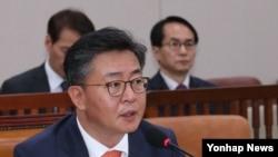홍용표 한국 통일부 장관이 15일 국회에서 열린 국회 외교통일위 전체회의에서 의원들의 질의에 답변하고 있다.