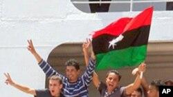 국제적십자 수송선을 타고 트리폴리를 떠나는 리비아 국민들