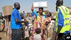 El Programa Mundial de Alimentos reparte comida a los desplazados de Sudán del Sur.