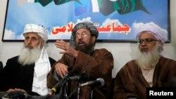 طالبان کی نمائندہ مذاکرات کار مولانا سمیع الحق اپنے دو ساتھیوں کے ہمراہ پریس کانفرنس کر رہے ہیں