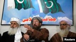 Maulana Sami ul-Haq (tengah), salah satu dari perunding Taliban, didampingi Ibrahim Khan (kiri) and Maulana Abdul Aziz (kanan) memberikan keterangan dalam konferensi pers di Islamabad (4/2).