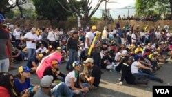 La oposición ha descartado cualquier diálogo con Maduro y anunció que seguirá en las calles hasta que el gobierno convoque elecciones, abra un canal humanitario para alimentos y medicinas, libere a los que consideran presos políticos y respete al Congreso. Foto: Álvaro Algarra / VOA
