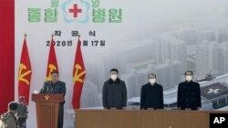 Pemimpin Korea Utara Kim Jong-un (kiri) menyampaikan pidato dalam upacara peletakan batu pertama rumah sakit umum di Pyongyang, Korea Utara, 17 Maret 2020.