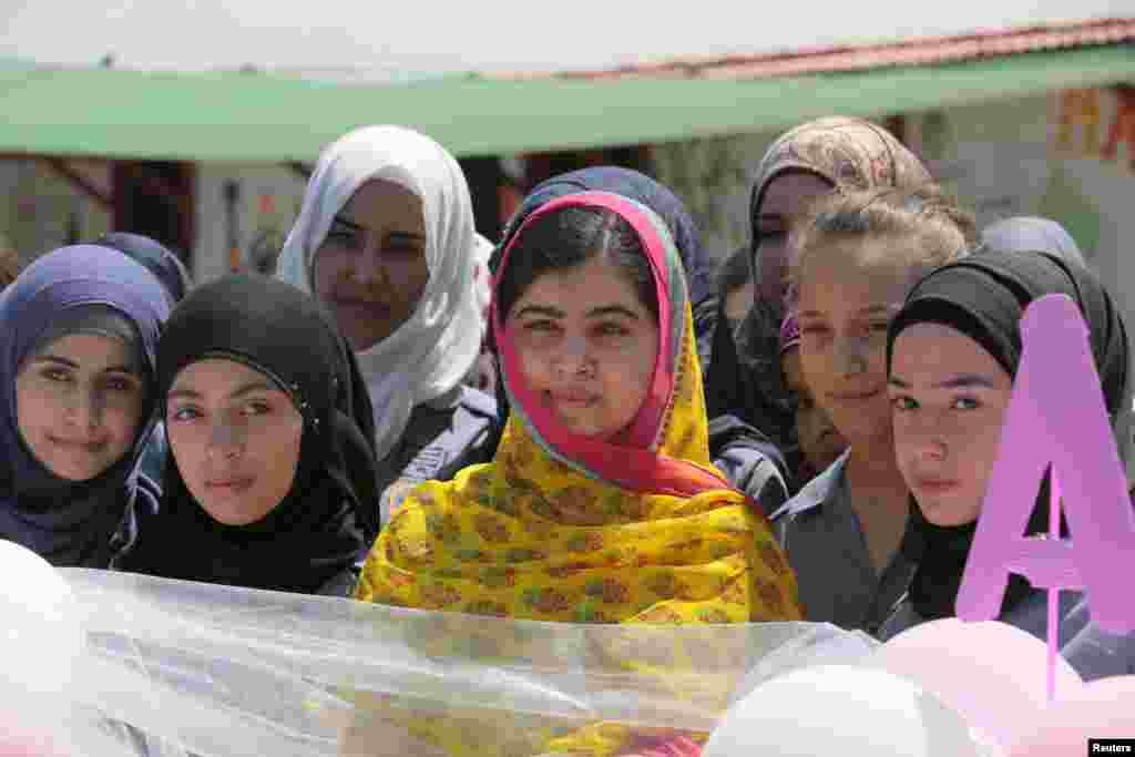 Tinchlik uchun Nobel mukofoti sohibasi Malala Yusufzoy Livanda suriyalik qochqin qizlar uchun maktabning ochilishida qatnashmoqda. Maktab Kayani nodavlat tashkiloti tomonidan qurildi. 12-iyul, 2015-yil.