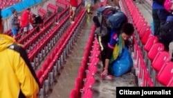 Japoneses limpam estádio Arena de Pernambuco depois do seu jogo inaugural no Mundial com a Costa do Marfim. O Japão perdeu por 2-1. Brasil, Junho 15, 2014