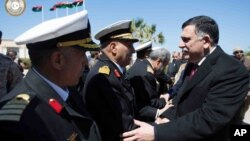 Fayez Serraj (kanan) anggota Dewan Presiden Pemerintah Nasional Libya tiba di Tripoli (foto: dok).