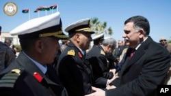 Fayez Serraj, à droite, à son arrivée à Tripoli, en Libye, le mercredi 30 mars 2016.