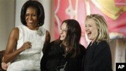 Ngoại trưởng Hoa Kỳ Hillary Clinton và Đệ nhất phu nhân Michelle Obama trao giải thưởng Phụ nữ Dũng cảm cho cô Safak Pavey người Thổ Nhĩ Kỳ