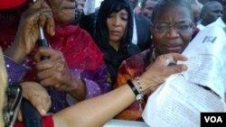 Uwargidan Atiku Abubakar, Titi Abubakar da Oby Ezekwesili a lokacin da suke zanga-zangar lumana domin kira ga hukumomi su nemo dalibai mata da aka sace a Cibok makonni biyu da suka wuce.