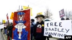 Hàng trăm người ủng hộ binh sĩ Manning biểu tình trước căn cứ quân sự gần Washington, ngày 17/12/2011