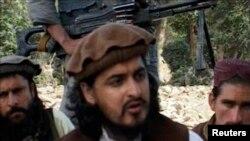 ທ້າວ Hakimullah Mehsud ຜູ້ນຳກຸ່ມຕາລີບານ ໃນປາກິສຖານ ນັ່ງຮ່ວມກັບພວກຫົວຮຸນແຮງອື່ນ ໃນເຂດ Waziristan ໃຕ້ (4 ຕຸລາ 2009)