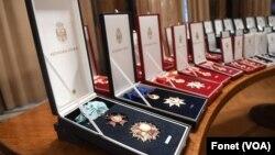 Ordenje koje je predsednik Srbije uručio lekarima koji se bore protiv kovida 19 (foto Fonet)