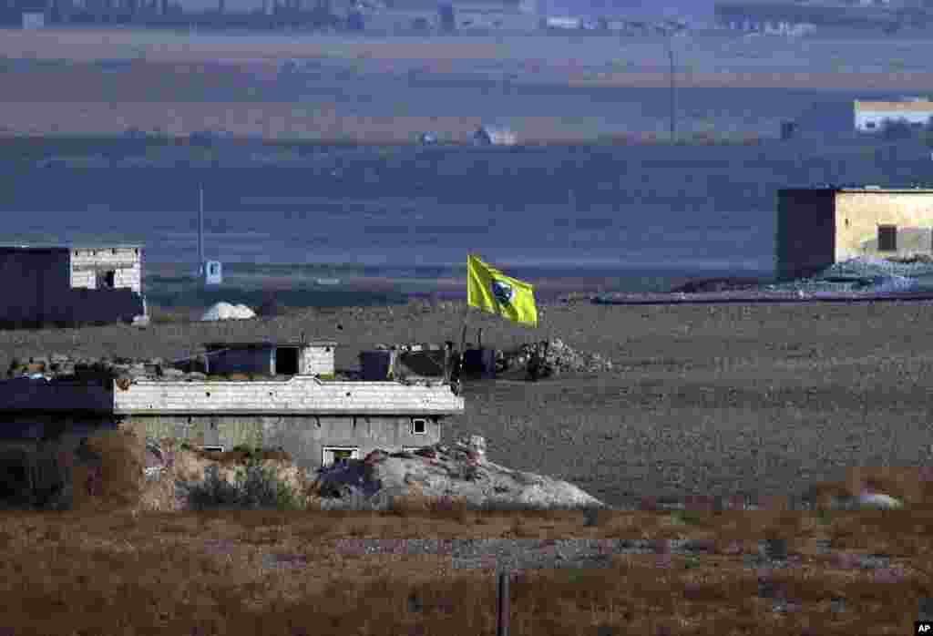 Poco después de que comenzara la operación turca dentro de Siria, ondea una bandera de las Unidades de Protección del Pueblo Kurdo. (Foto AP / Lefteris Pitarakis).