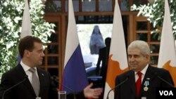 Presiden Rusia Dmitry Medvedev (kiri) dan Presiden Siprus Dimitris Christofias (kanan) dalam konferensi press di Istana Presiden Siprus (foto:dok).